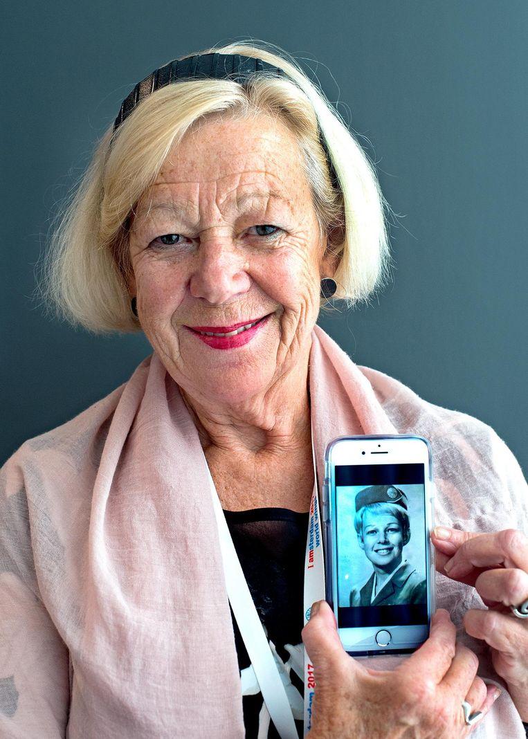 Tineke Smit (71) Nederlands. Vloog van 1968 tot 1987 voor PanAm. 'Vliegen voor Pan Am had echt standing. Je voelde je zo bevoorrecht. Je was een meisje van de wereld. Waar had ik anders geleerd hoe een fles Dom Perignon te openen.' Beeld Klaas Jan van der Weij / de Volkskrant