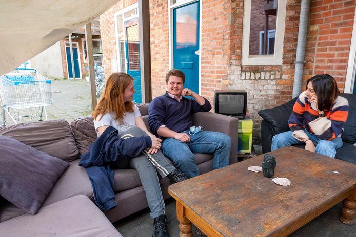 UCR-studenten Veerle Maslowski, Luke Stapleton en Diya Kochar (vlnr) zijn huisgenoten en wonen in het Bagijnhof in Middelburg. Hier treffen ze elkaar in hun outdoor-zithoek.