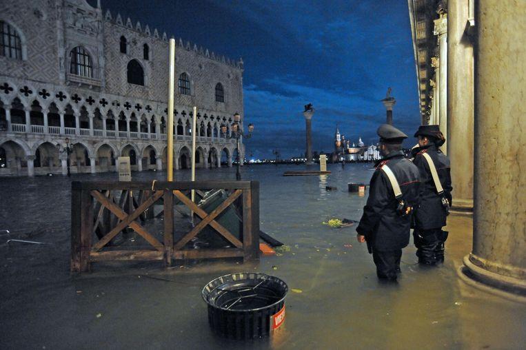 Het hoge water aan de toeristische trekpleister Piazza San Marco. Beeld EPA