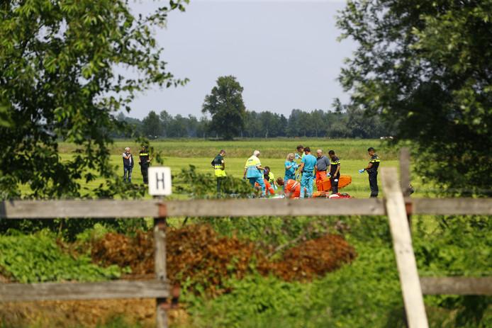 De parachutiste kwam in een weiland naast camping de Weeltenkamp terecht, enkele honderden meters van de landingsbaan vandaan.