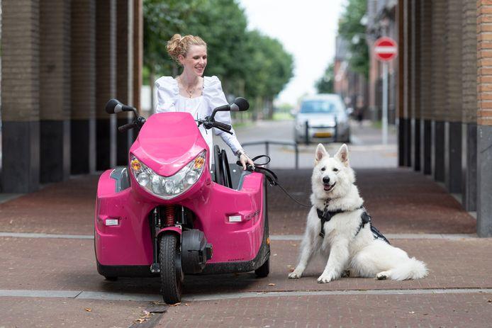 Er kwam hulp uit onverwachte hoek en daardoor kan Elianne nu in een roze pendel rijden.