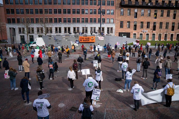 Honderden mensen hebben zondagmiddag op de Binnenrotte in Rotterdam actiegevoerd voor een 'eerlijk en daadkrachtig klimaatbeleid'.