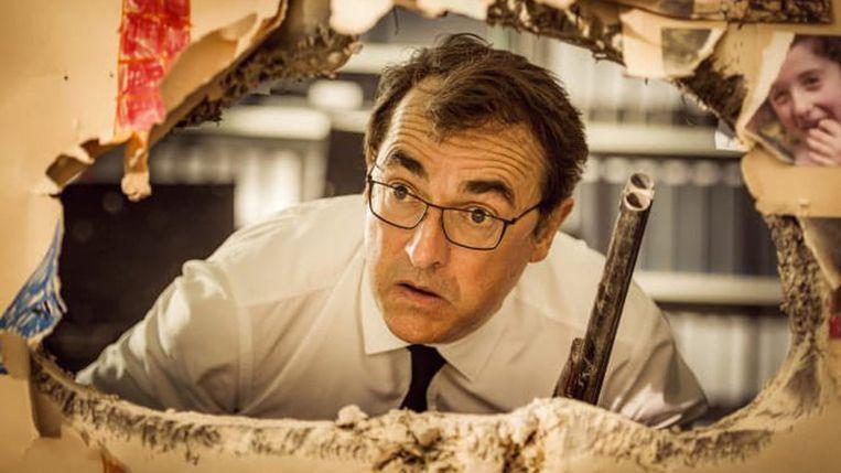 Still uit Adieu les cons  (Albert Dupontel in zijn rol als IT-specialist Jean-Baptiste Cuchas). Beeld