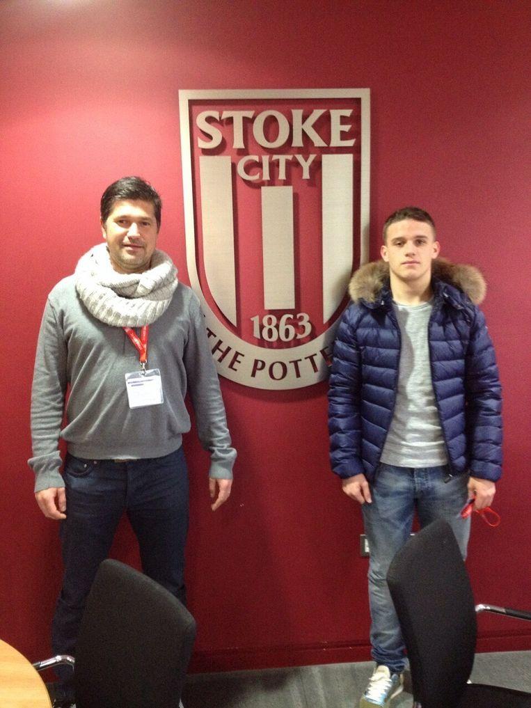Thibaud Verlinden, hier met zijn makelaar, speelt de volgende drie seizoenen voor Stoke City