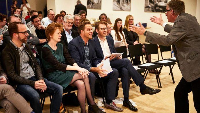Wethouder Hugo de Jonge en staatssecretaris Sander Dekker (vooraan rechts) bij het minicongres over Holocaust-onderwijs.