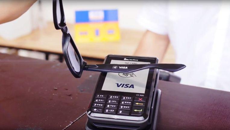 De Amerikaanse creditcardmaatschappij Visa werkt aan een zonnebril waarmee betaald kan worden. Beeld RV