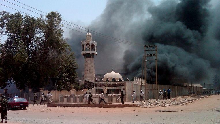 Ook in april van dit jaar was het zeer onrustig in het noorden van Nigeria. In Kano werd onder andere een moskee in brand gestoken. Beeld REUTERS
