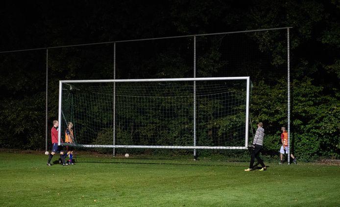 """KNVB: """"Amateursporters en vrijwilligers moeten overdag werken of naar school. Daarna kunnen zij pas aan hun gezondheid werken. Met een avondklok die om 20.30 uur ingaat, worden die mogelijkheden nu nóg verder ingeperkt."""""""