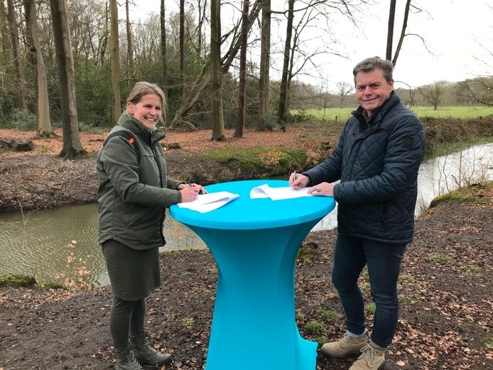 Miranda Berendsen, teamleider Achterhoek Staatsbosbeheer (l) en Jan Polman, opdrachtgever Waterbeheer Waterschap Rijn en IJssel bij de ondertekening van de afspraken.
