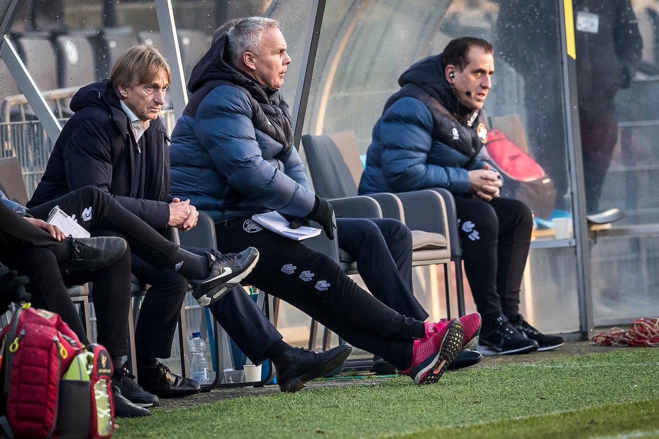 Adrie Koster (links) tijdens de uitwedstrijd van Willem II bij VVV.