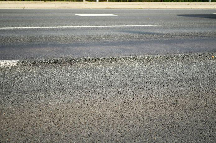 In veel gemeenten is het asfalt aan onderhoud toe. foto: GinoPress B.V.