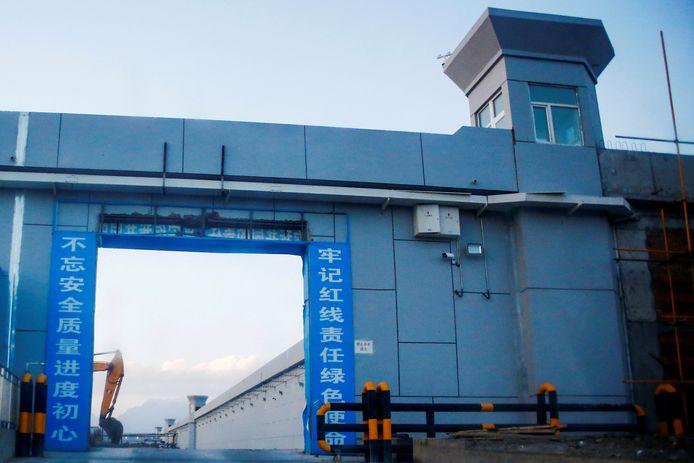 """De toegangspoort van een """"heropvoedingskamp"""" voor Oeigoeren in China."""