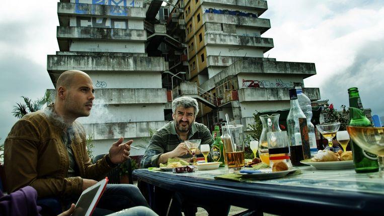 De acteurs uit de serie Gomorra zagen tijdens het acteren de echte bewoners van de flats in de Napolitaanse wijk Scampia van boven op hen kijken. 'Terwijl ik schoot, voelde ik de aanwezigheid van die mensen. Er bewoog niemand, het was normaal voor ze', aldus acteur Marco D'Amore. Beeld Lumière/Emanuele Scarpa