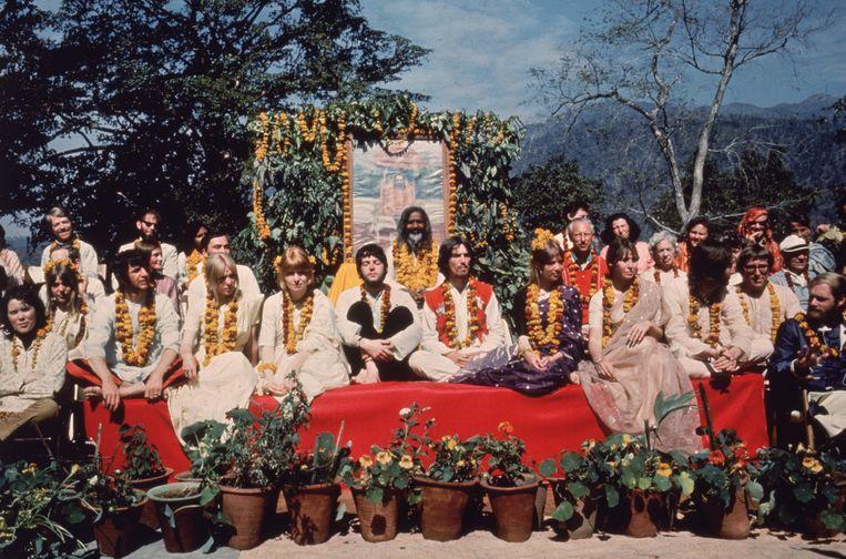The Beatles en hun vrouwen in Rishikesh, India, met de Maharishi Mahesh Yogi, in maart 1968.  Beeld Getty Images