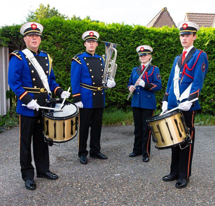 Muziekvereniging Irene, links in het nieuw Marko Nijmeijer en Rubben ten Klooster en rechts in de oude uniform Annemijn Admiraal en Andrick Schipper.
