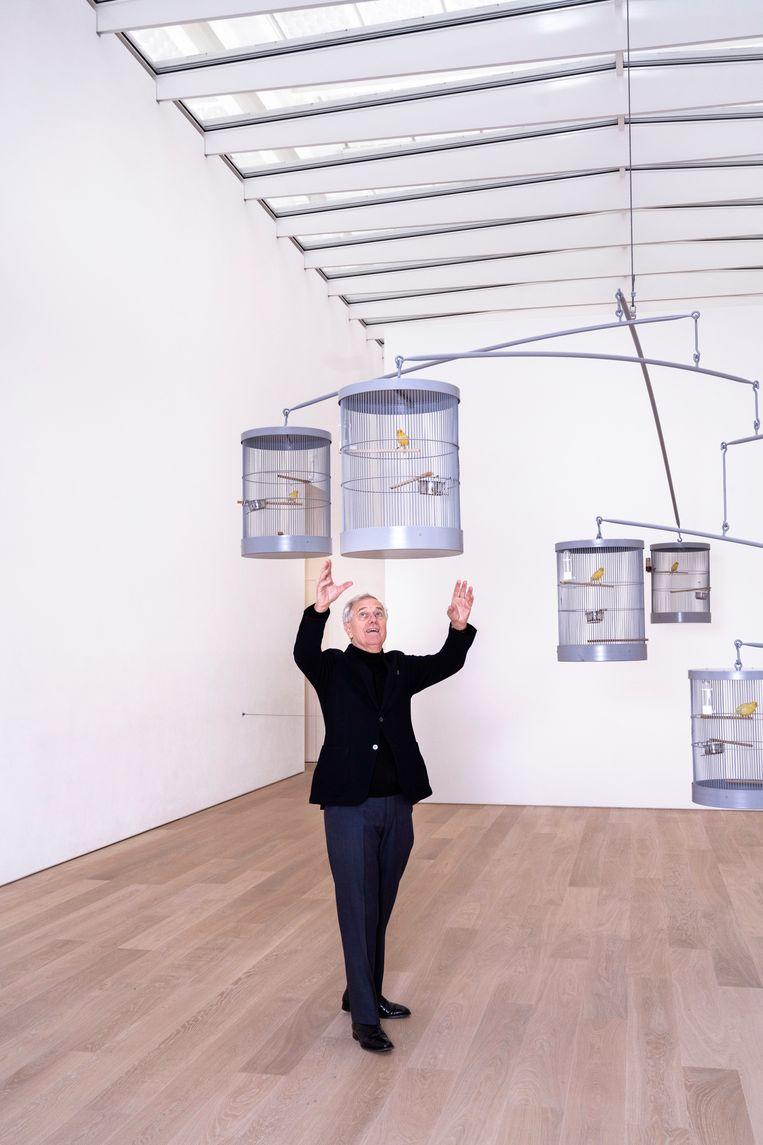 Van Caldenborgh staat in het kunstwerk Swinging Canaries Mobile (2009) van Carsten Höller.  Beeld Els Zweerink