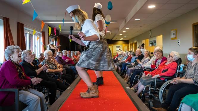 """Iedereen gevaccineerd in woonzorgcentrum Ter Meere, dus organiseert personeel modeshow: """"Voor het eerst weer samen in een zaal"""""""