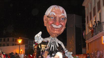 Stoet lokt 80.000 toeschouwers ondanks tegenvallende weerberichten, laatste carnavalsgroep gaat anderhalf uur te laat de Grote Markt over