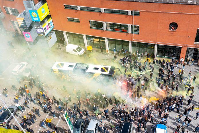 Tientallen supporters zwaaiden de NAC selectie uit