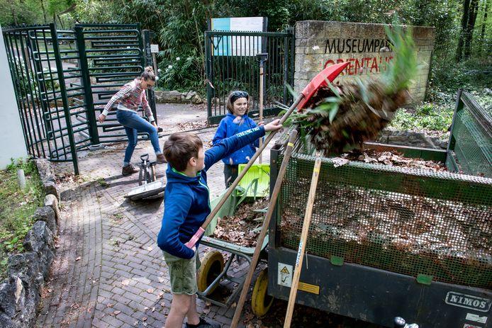 Tycho en Milan Jager uit Milsbeek helpen mee bij het toonbaar maken van Museumpark Orientalis.