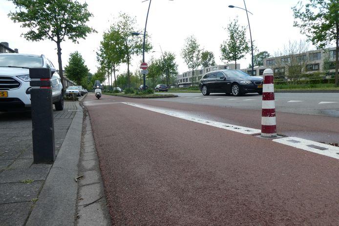 Gevaarlijke paaltjes zegt de Fietsersbond, afdeling Boxtel. Zoals hier op de Schijndelseweg.