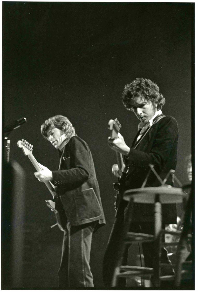 Bob Dylan (rechts) en Robbie Robertson op archiefbeeld in Once Were Brothers. Beeld Barry Feinstein