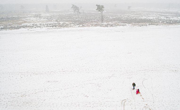 Virologen maakten zich zorgen dat de sneeuw ook extra drukte met zich mee zou brengen, maar dat valt mee. Voordat de laag een paar centimeter dik is, wordt het alweer donker. Beeld Freek van den Bergh