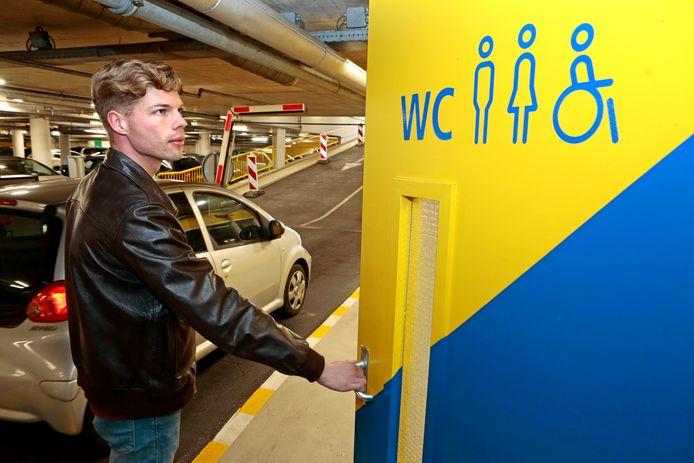 Een van de weinige openbare toiletten in de stad is in de parkeergarage bij het Kazerneplein.