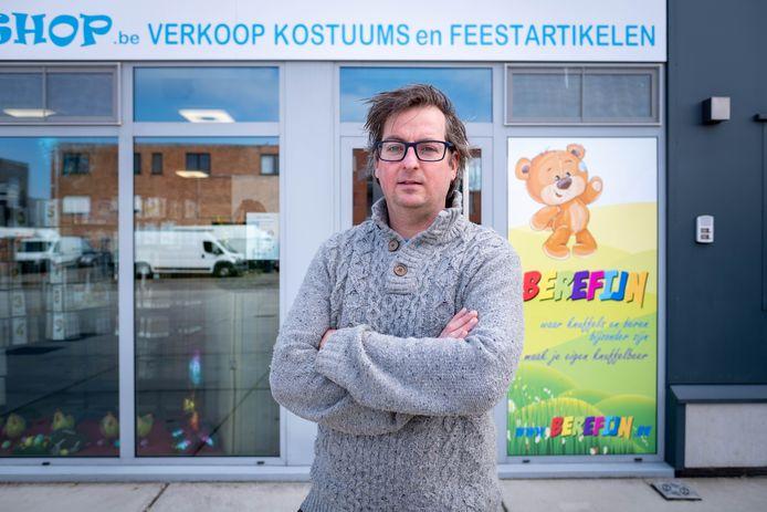 Pieter Kerkhofs krijgt tegenwoordig dagelijks tientallen telefoontjes van mensen die verkeerd verbonden zijn.