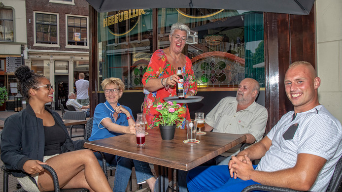 Soraya van Nuenen, Harma Sluiter, Geert-Jan Roord en Michael Vermeij vermaken zich op het terras van Cafeetje Heeeurlijk in Gouda.