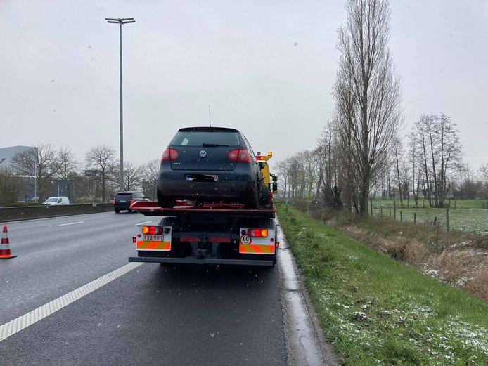 Op de E40 richting kust ter hoogte van Drongen zijn woensdagochtend een vrachtwagen en een personenwagen in de gracht gekanteld.