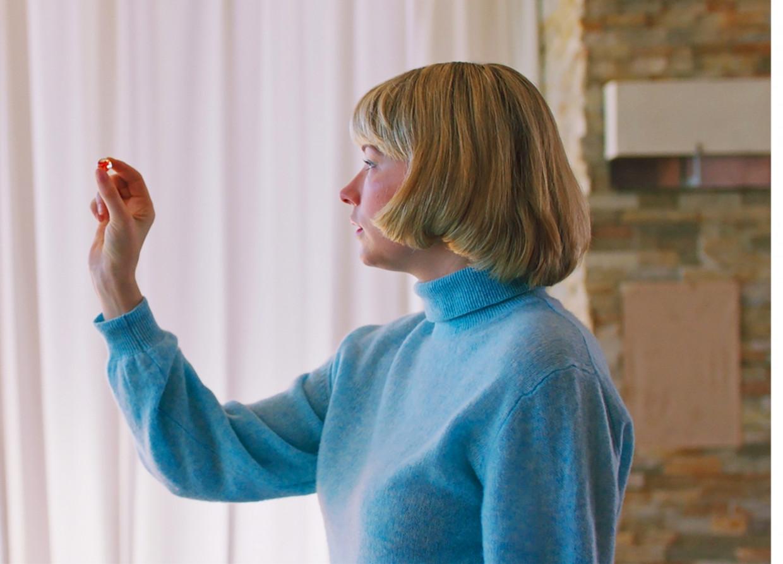 Gaandeweg groeit 'Swallow' uit tot een intrigerend portret van een jongedame die controle probeert te verwerven over haar uitzichtloze leventje Beeld