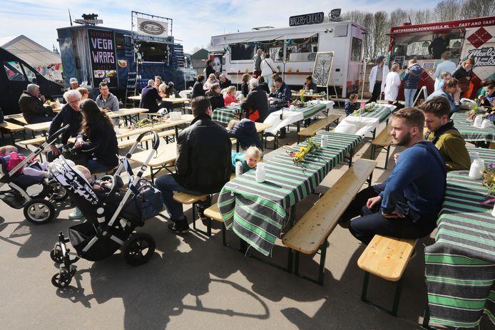 Naast de oude suikerfabriek stond een rij foodtrucks opgesteld tijdens de eerste editie van Bietje Koekoek.