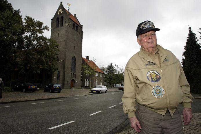Paratrooper Bill Galbraith in 2004 bij de kerk aan Vlokhovenseweg in Eindhoven,  waar hij tijdens de bevrijding van Woensel in een vuurgevecht met Duitsers verwikkeld raakte.