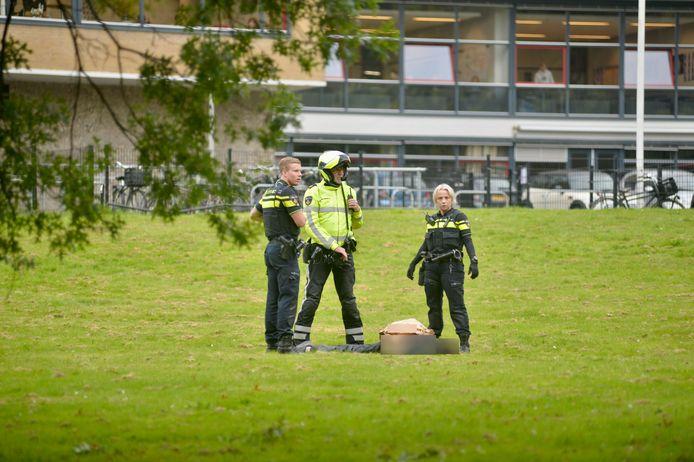 De politie bij de school in Arnhem.