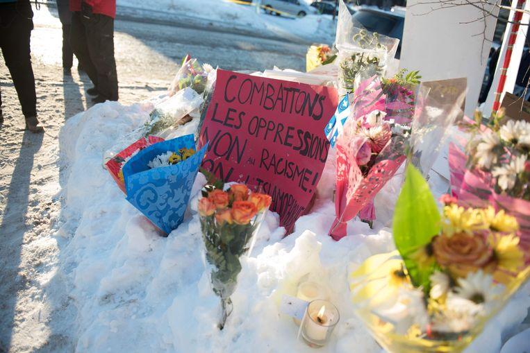 Een herdenkingsplaats aan de moskee waar zondag een dodelijke raid plaatsvond. Even voor de aanslag postte de vermoedelijke dader een afbeelding van een ridder met rood tempelierskruis op Facebook. Beeld AFP