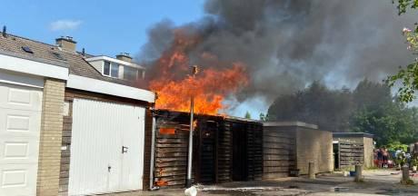 Schuur achter woning in Emmeloord brandt volledig uit