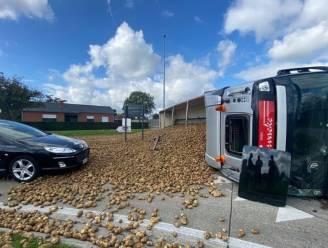 Vrachtwagen met 30 ton aardappelen kantelt op rotonde: wachtende auto net niet bedolven