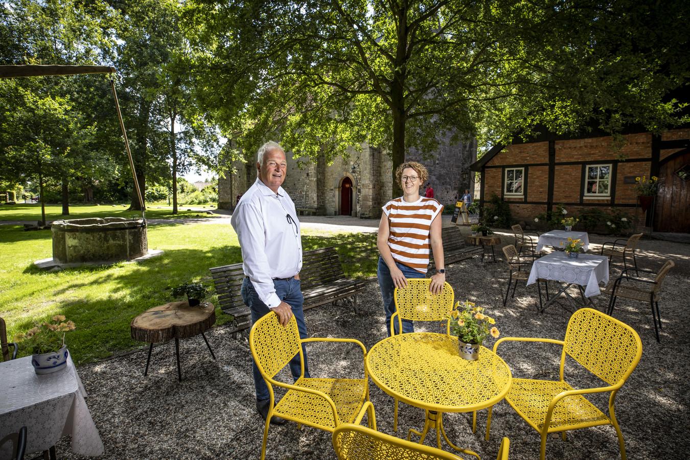 De kerkrentmeesters Anne Jonker en Ineke Leeuw op het terras van de Stiftsjuffer.