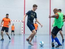 Harskampers en Afghaanse evacués voetballen met en tegen elkaar