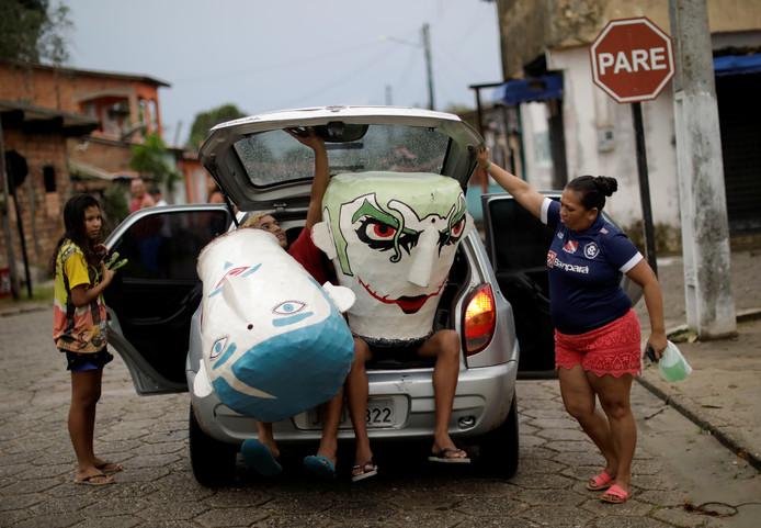 Leden van de 'Group Boi Faceiro' arriveren met hun grote hoofden bij een carnavalsfeest in het Braziliaanse Sao Caetano de Odivelas. Foto Ueslei Marcelino