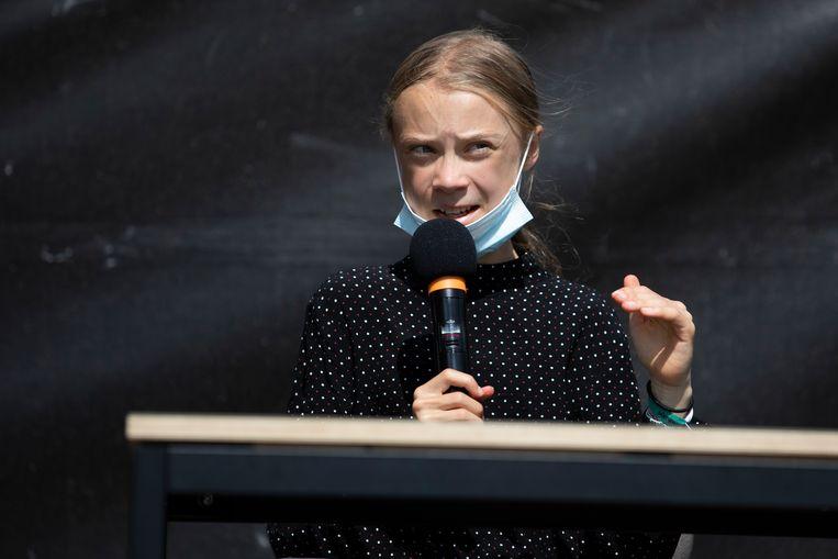 Thunberg geeft een persconferentie nadat ze een petitie heeft afgegeven bij Angela Merkel die oproept te stoppen met investeren in fossiele energie.  Beeld Getty Images
