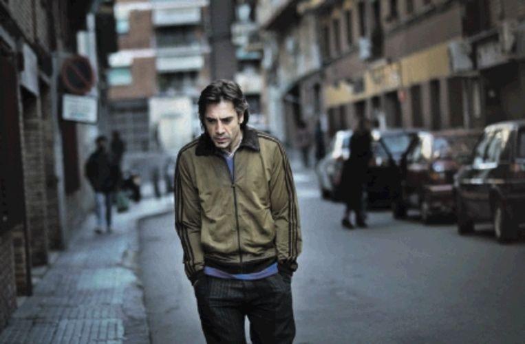 Bardem dwaalt door de wijk Raval van Barcelona in 'Biutiful'. (Trouw) Beeld