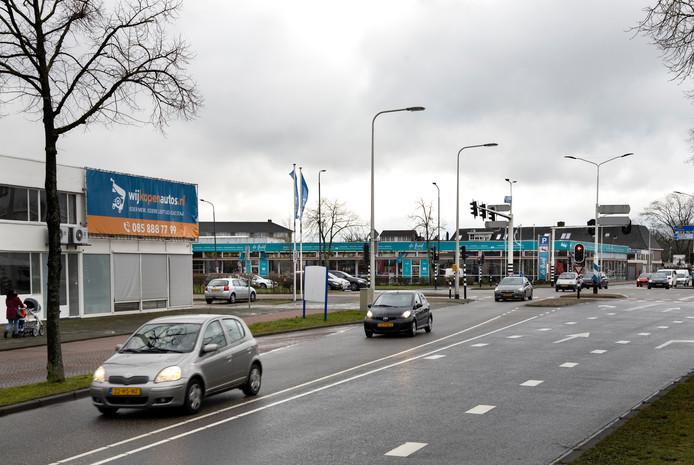 De locaties van Wij Kopen Auto's/KwikFit (voorgrond) en De Greef Stoffen (achtergrond), gezien vanaf de Boerhaavelaan. Op beide plekken komen op termijn nieuwe woningen.