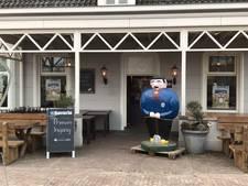 Mariahoutse Heikneuter aan de deur bij prinsenfoto in Lieshout