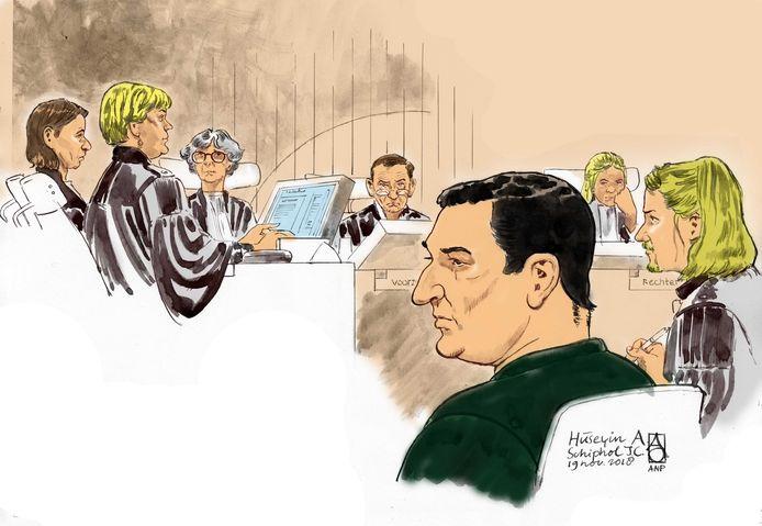Rechtbanktekening van verdachte Huseyin A. tijdens de zitting in de strafzaak in de zwaar beveiligde rechtszaal op Schiphol.