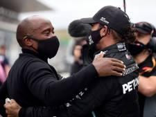 Hamilton boekt historische zege ondanks krampaanval: 'Moest op mijn tanden bijten'