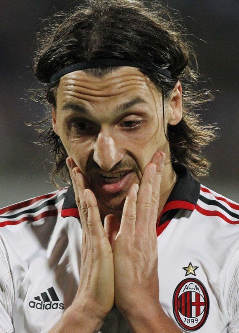 Zlatan Ibrahimovic pakte zijn tweede rode kaart in evenveel matchen. Beeld AP