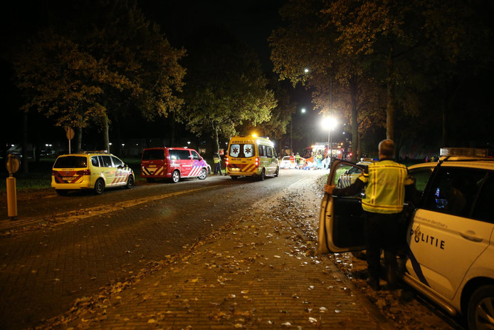 Ongeluk met auto en fietsen op de Herendam in Oosterhout.