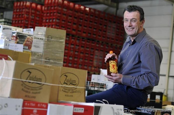 Drankengroothandel De Monnik blijft, zo verzekert directeur Hans Olde Monnikhof, drank leveren aan de franchisevestigingen van de failliet verklaarde slijterijketen Mitra.